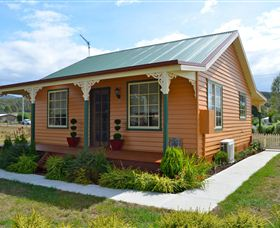Grand Ole Topiary Cottage - Australia Accommodation
